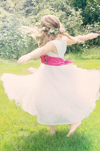 dancing-girl-556772_640
